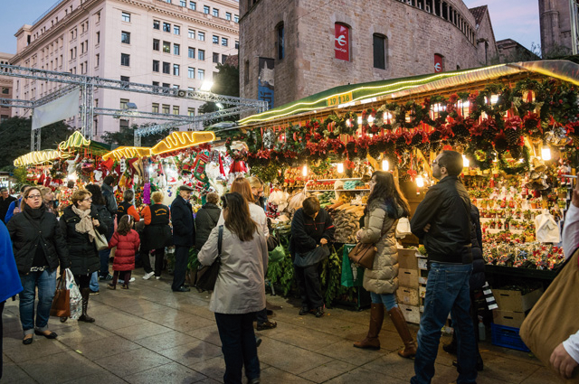 Mercadillo de Navidad Santa Llucia en la Plaça de la Catedral en Barcelona