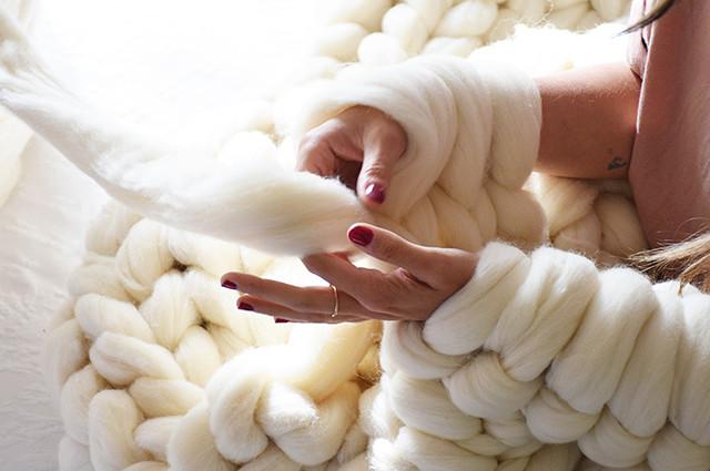 Taller para tejer una manta con los brazos