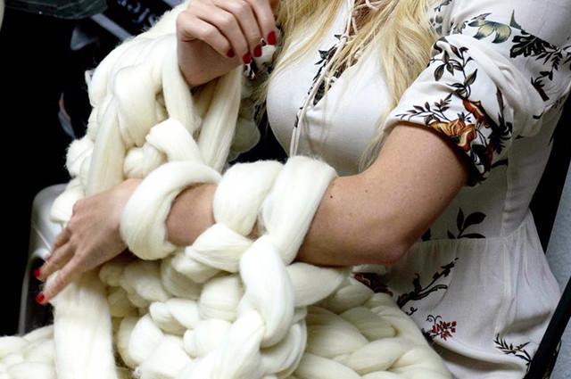Aprende a tejer una manta de lana con los brazos